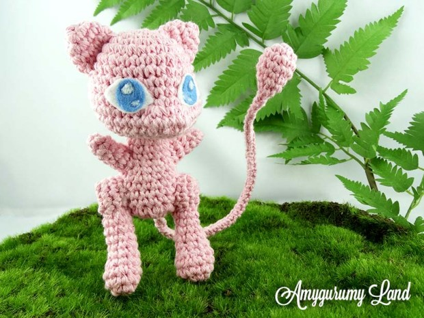 Peluche du pokémon au crochet au crochet Mew vu de trois quart face.