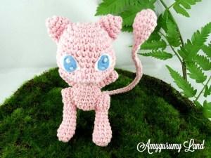 Amigurumi en crochet de Mew pokémon de première génération vu en plongé.